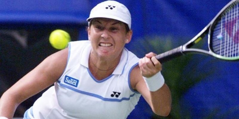 Which tennis star was stabbed by a deranged man during a match in 1993?